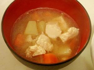 じゃがいもとにんじんと崩し豆腐のバター味噌汁