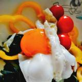 目玉焼きパプリカ海藻サラダ