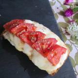 トマトとたっぷりモッツァレラトースト