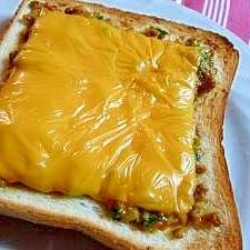マヨ・チーズとも相性良し!「肉味噌和風トースト」