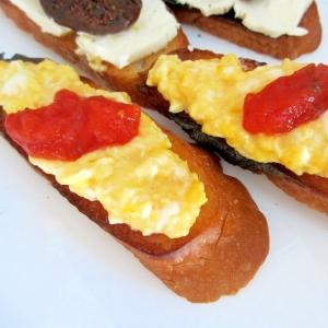 とろとろ卵とトマトソースのブルスケッタ