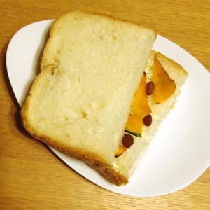 かぼちゃのソテーとレーズンのサンドイッチ