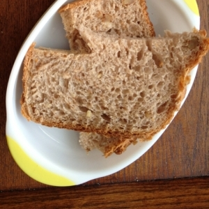 くるみ入りライ麦食パン
