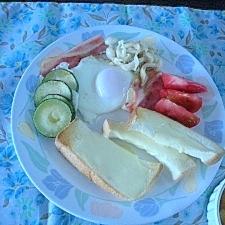 ベーコンエッグのワンプレート朝食
