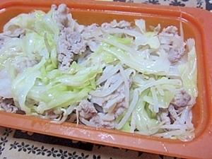シリコンスチーマーで豚とキャベツともやしの蒸し料理