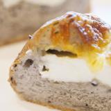 パン生地にあんこを練り込んだ味わい黒ごまチーズパン