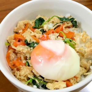 鶏そぼろと野菜のビビンバ風中華炒め丼