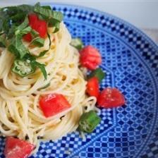 抗酸化!トマトとぬか漬けオクラの冷製塩麹パスタ。