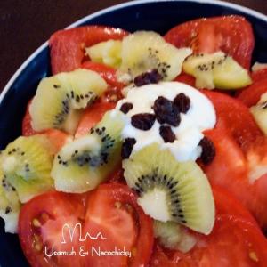 完熟トマトとキウイのサワークリームソースサラダ