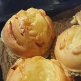 パン屋さんで見かけるベーコンチーズパンの成型方法