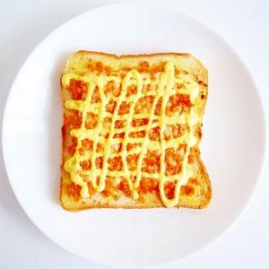 鮭フレークととろけるチーズのトースト