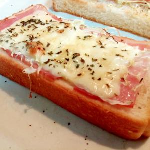 ベーコン・キャベツ・チーズのタルタルトースト