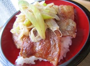 サッパリおいしい♪塩豚カルビ丼(^0_0^)
