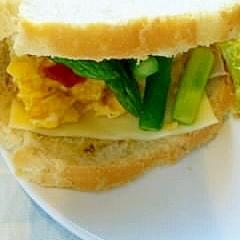 スクランブルエッグとアスパラのサンドウィッチ