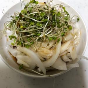ブロッコリースプラウトと新玉葱のサラダ(^^)