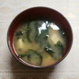 豆腐とネギとわかめの味噌汁