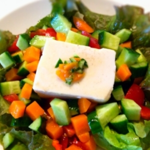 食卓が華やか!キュウリとトマトの豆腐サラダ
