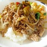 豚ひき肉ともやしの炒め丼