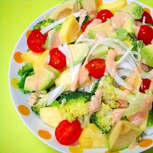 アボカドとパインブロッコリー新玉ねぎのサラダ