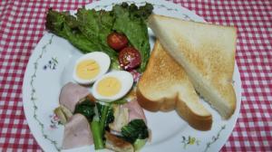 竹輪ハム小松菜炒めとトーストの朝食☆