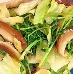 キャベツ、豆苗、椎茸のココナッツオイル炒め