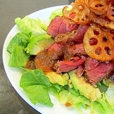 ローストビーフとアボカド・レンコンチップのサラダ