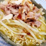 カップ麺で(^^)豚もやしグリーンカレーラーメン♪