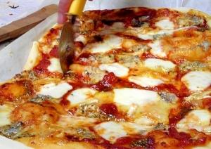 ブルーチーズとカマンベール、3種のチーズのピザ