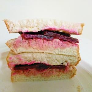 ビーツとツナマヨのサンドイッチ