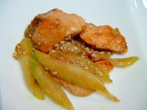 鮭とセロリの白ごま炒め
