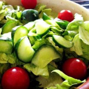 トマトとレタスの野菜サラダ
