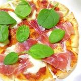 生ハムとモッツァレラとスピナッチのピザ