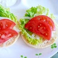 フレッシュトマトとレタスと新玉ねぎのオープンサンド