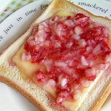 フレッシュイチゴトースト☆ (メープル&チーズ)