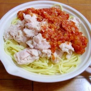 蒸し鶏とトマトソースのスパゲティ