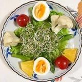 カリフラワー、パイン、ミニトマト、ゆで卵のサラダ