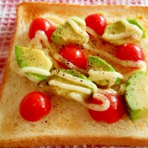 トマトとアボカドのペッパートースト