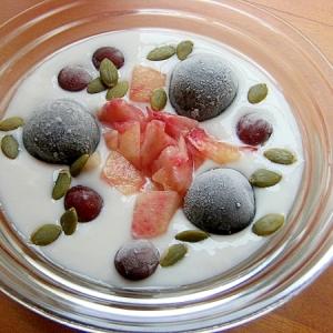 甘い❤桃&2種の葡萄でヨーグルト♪(カボチャの種)