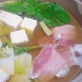 「ベーコン、小松菜入りコンソメお出汁のお鍋」