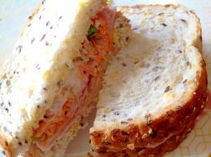 ハムとニンジンサラダのサンドイッチ