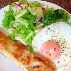 アボカド、鶏ハム、わさび菜のサラダの朝パンプレート