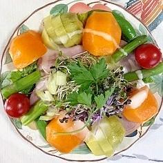 リーフレタス 、柿、キウイのサラダ