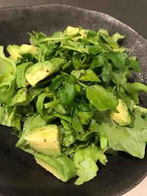 クレソンとアボカドのグリーンサラダ