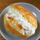 クリームチーズ&杏&ホイップクリームのロールパン