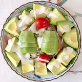 リーフレタス 、セロリ、アボガド、キウイのサラダ