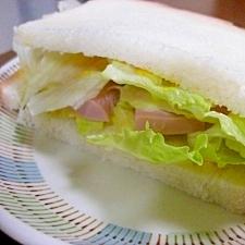 レタスと魚肉ソーセージのサンドイッチ