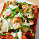 ムール貝とピーマンとベーコンのピザトースト