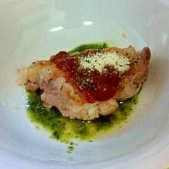 鶏胸肉のトマトとバジル焼き