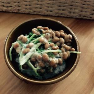 豆苗と焼きばら海苔のマヨ和え納豆ごはん