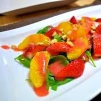 いちごソースの彩りフルーツサラダ